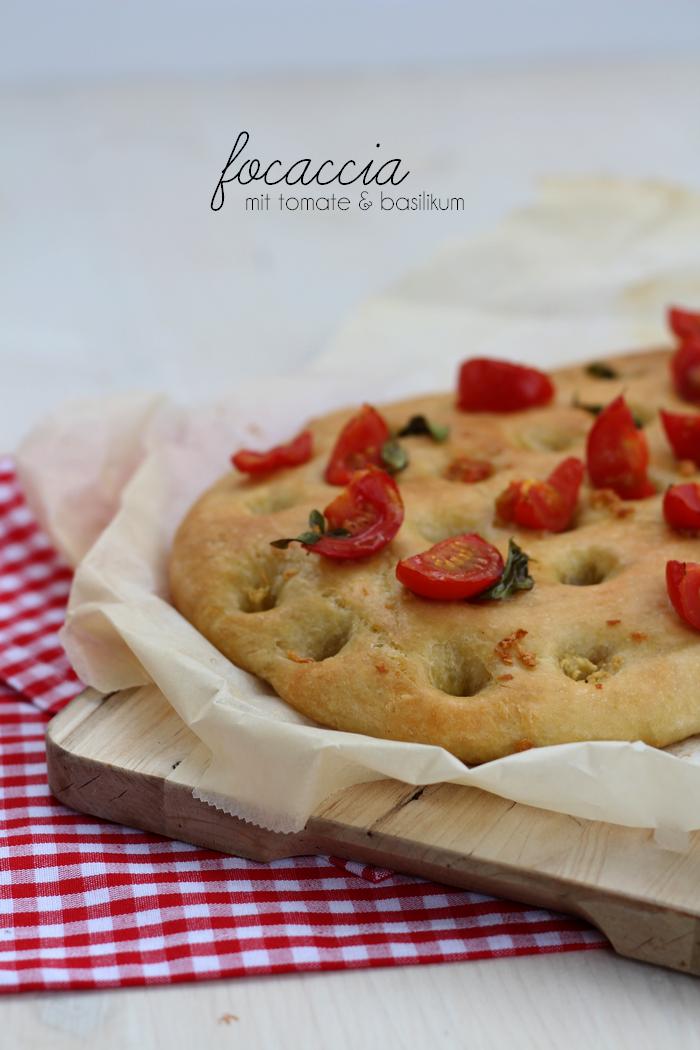 Focaccia mit Knoblauch, Tomaten und Basilikum