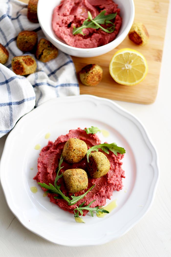 Hummus mit roten Rüben und Falafel