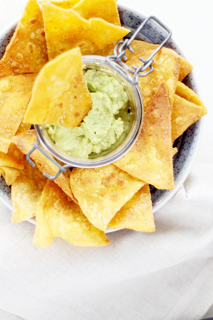 Selbst gemachte Tortilla Chips mit Guacamole
