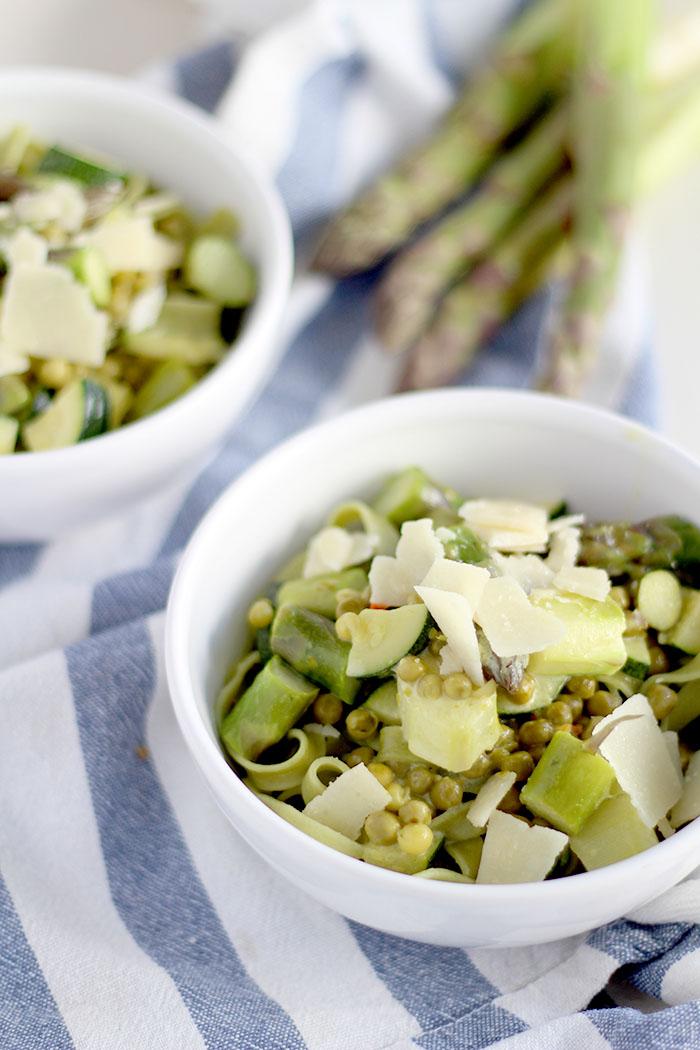Grüne Pasta mit Spargel, Erbsen und Zucchini