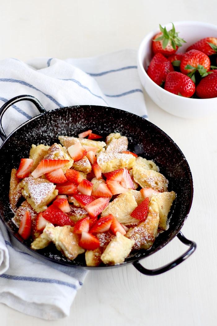 fluffiger kaiserschmarrn mit erdbeeren