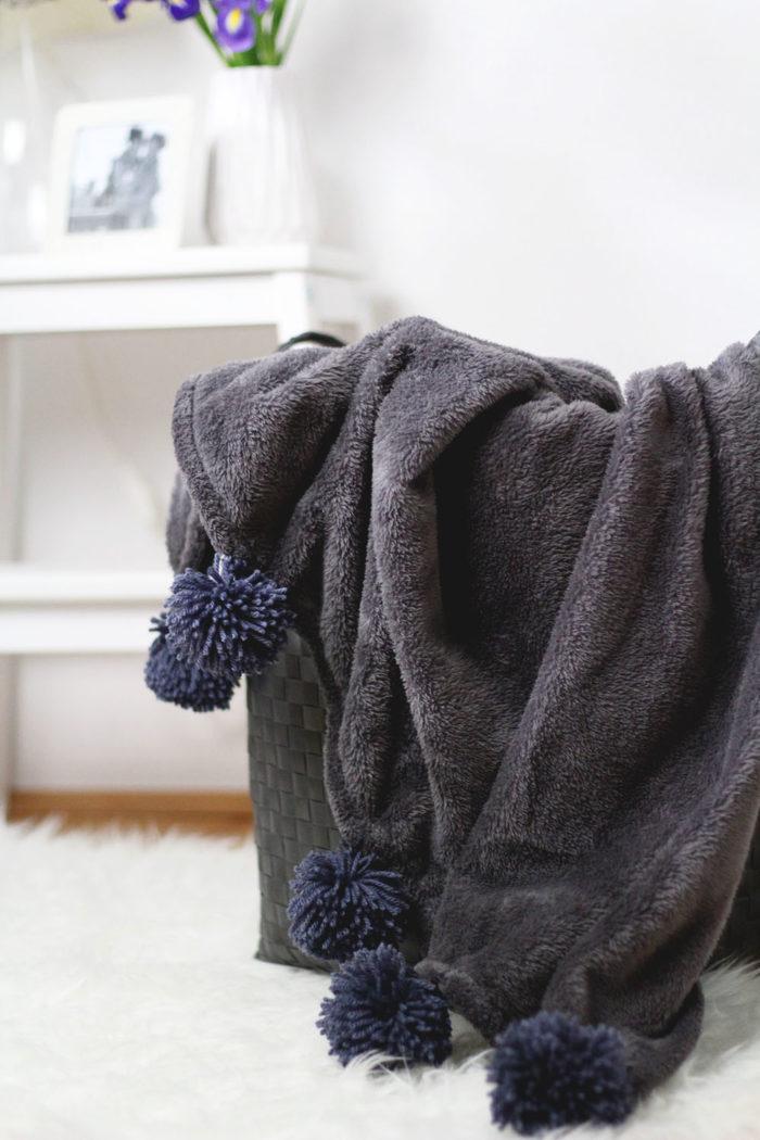 diy decke mit pompons selber machen provinzkindchen. Black Bedroom Furniture Sets. Home Design Ideas