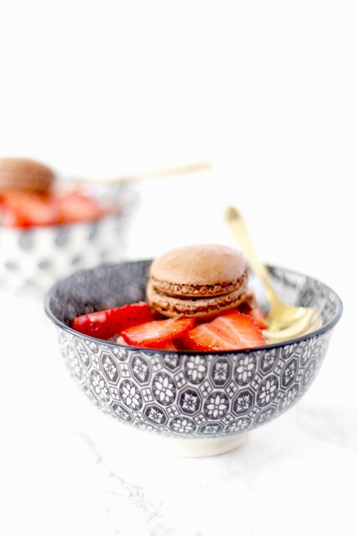 Lindt Creation Macaron: Nicecream mit frischen Erdbeeren und Schokostückchen
