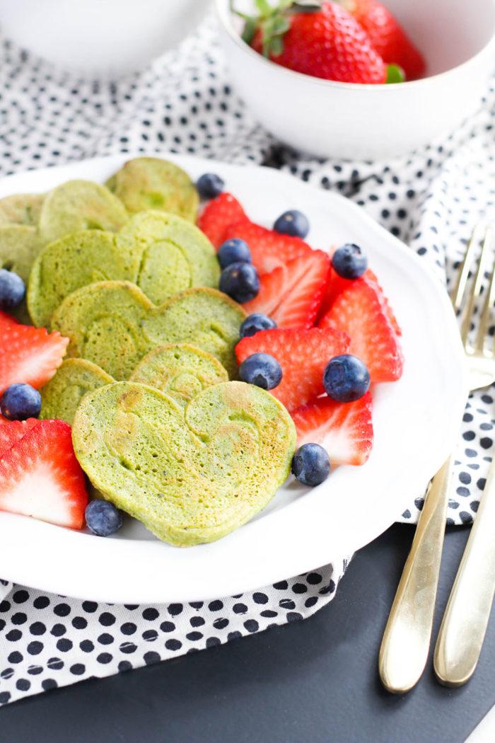 Protein Matcha Pancakes in Herzform
