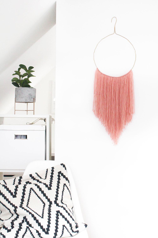 Upcycling: Wandbehang selber machen aus Drahtkleiderbügel und Wolle. DIY Boho Wandschmuck selber machen.
