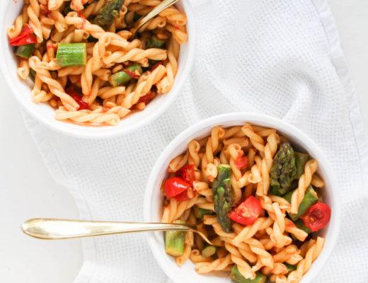Schnelle Pasta mit grünem Spargel und Tomaten